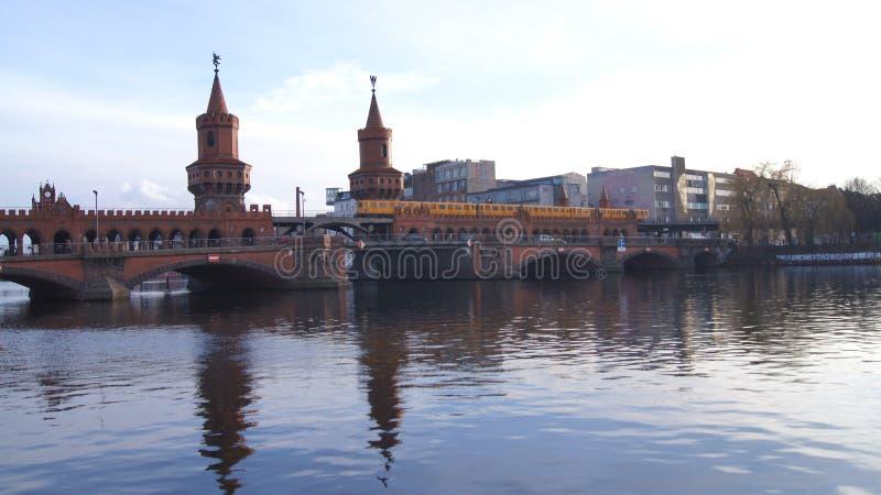 BERLÍN, ALEMANIA - 17 de enero de 2015: puente histórico Oberbaumbruecke de Oberbaum y la diversión del río imagen de archivo