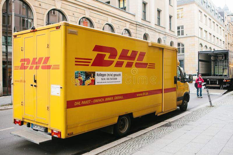 Berlín, Alemania 15 de febrero de 2018: DHL y compañía o líder internacional alemana del mercado logístico del mundo mensajero imágenes de archivo libres de regalías