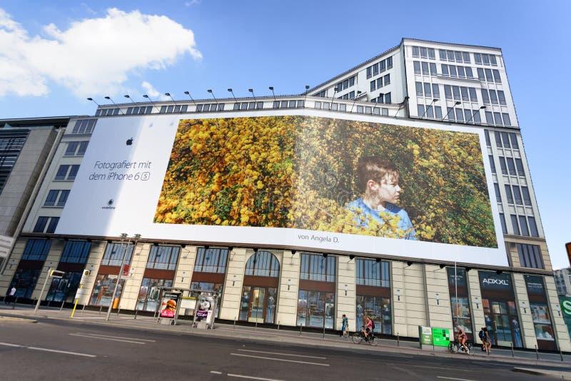 BERLÍN, ALEMANIA - 24 DE JULIO DE 2016: Anuncios del iPhone de Apple en un buil de la ciudad fotografía de archivo