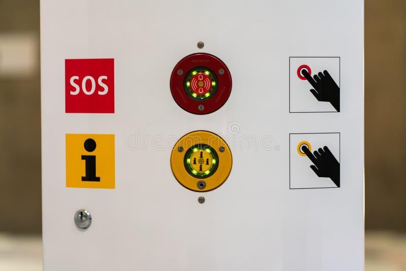 Berlín, Alemania - 7 de julio de 2019: botones de la emergencia en la estación del metro imagen de archivo