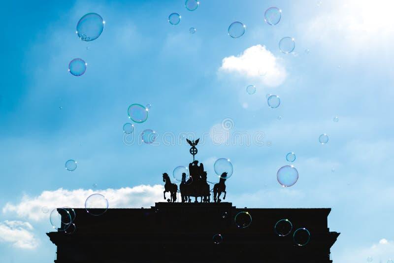 BERLÍN, ALEMANIA - 7 DE JULIO DE 2018: Burbujas de jabón en el fondo o fotografía de archivo libre de regalías