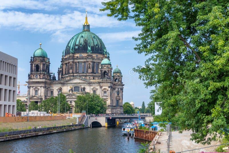 BERLÍN, ALEMANIA - 24 DE JULIO DE 2016: La catedral de la ciudad a lo largo de la diversión rive fotos de archivo libres de regalías