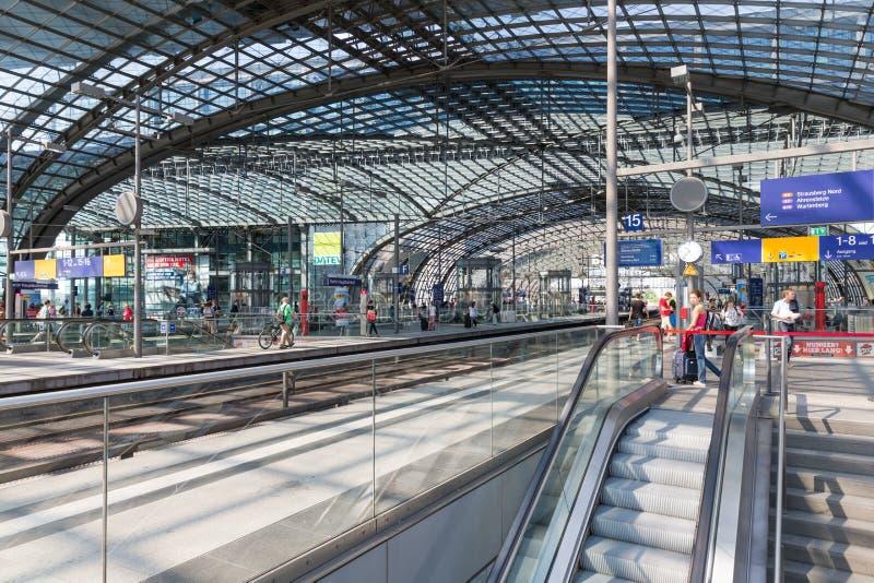 BERLÍN, ALEMANIA - 25 DE JULIO: Los turistas y los trabajadores están esperando el tren en la estación central de Berlín el 25 de  foto de archivo libre de regalías