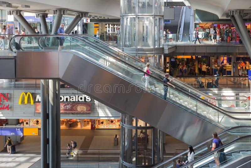 BERLÍN, ALEMANIA - 25 DE JULIO: Los turistas y los trabajadores son que hacen compras y que viajan en la estación central de Berlí fotos de archivo