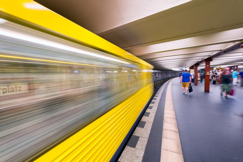 BERLÍN, ALEMANIA - 23 DE JULIO DE 2016: Metro amarillo que acelera fotos de archivo