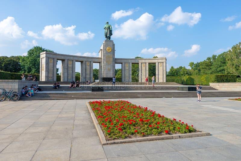 BERLÍN, ALEMANIA - 24 DE JULIO DE 2016: Monumento de guerra soviético en Berlín T imágenes de archivo libres de regalías