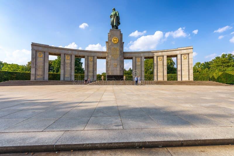 BERLÍN, ALEMANIA - 24 DE JULIO DE 2016: Monumento de guerra soviético en Berlín T imagen de archivo libre de regalías