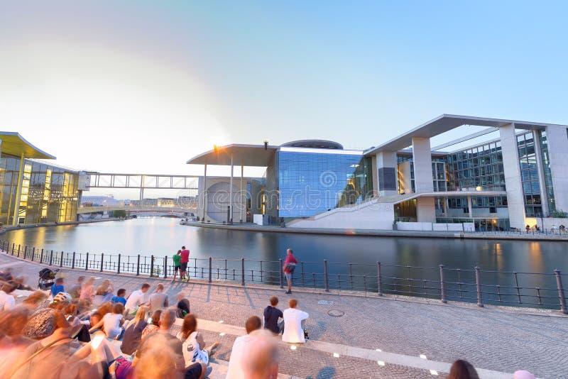 BERLÍN, ALEMANIA - 24 DE JULIO DE 2016: Turistas a lo largo del río de la diversión en n imágenes de archivo libres de regalías