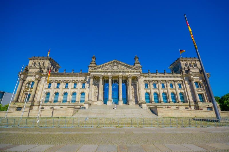 BERLÍN, ALEMANIA - 6 DE JUNIO DE 2015: El Dem Deutschen Volke, es la inscripción fuera del Reichstag buiding imagen de archivo libre de regalías