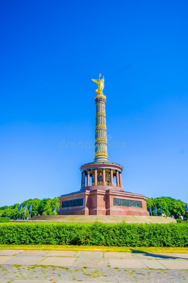 BERLÍN, ALEMANIA - 6 DE JUNIO DE 2015: Victory Column en el parque de Tiergarten en el centro en Berlín foto de archivo