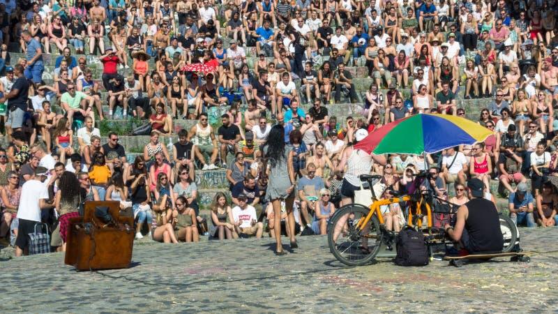 BERLÍN, ALEMANIA - 11 de junio de 2017: Gente que canta a una muchedumbre en th foto de archivo