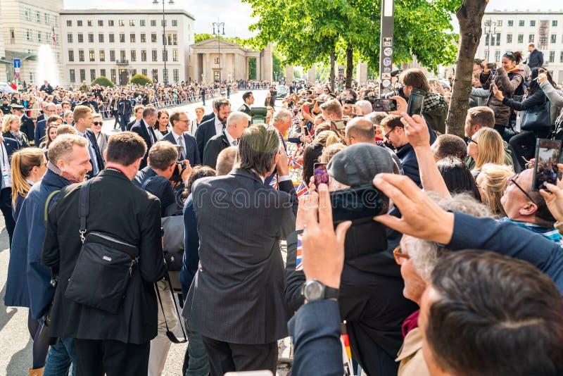 BERLÍN, ALEMANIA - 7 DE MAYO DE 2019: Charles, Príncipe de Gales y Camila, duquesa de Cornualles, delante de la puerta de Brandeb foto de archivo libre de regalías