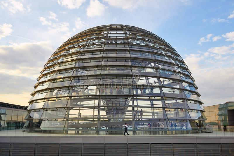 Berlín, Alemania - 29 de mayo de 2014: Interior de la bóveda de Reichstag imagenes de archivo