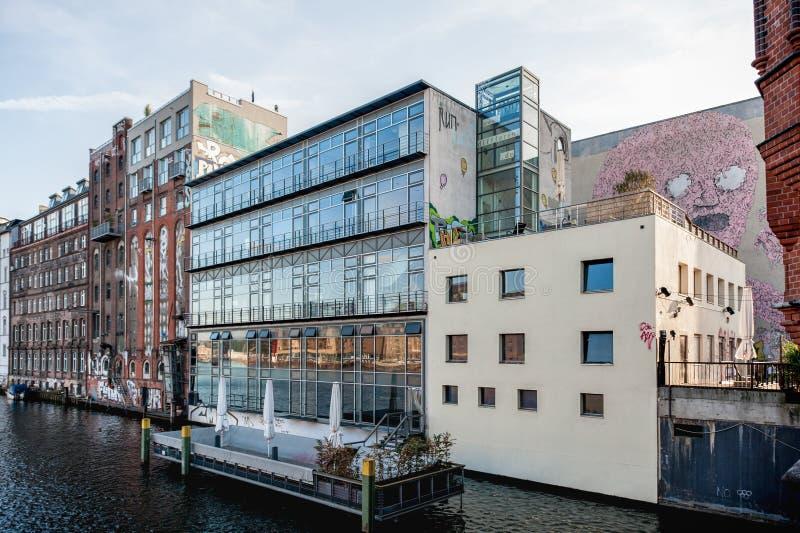 BERLÍN, ALEMANIA - 29 DE OCTUBRE DE 2012: Berlin Architecture local por el río de la diversión alemania imagen de archivo