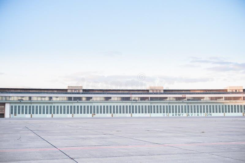 BERLÍN, ALEMANIA - 28 DE OCTUBRE DE 2012: Berlin Tempelhof Airport Configuración foto de archivo libre de regalías