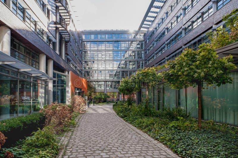 BERLÍN, ALEMANIA - 28 DE OCTUBRE DE 2012: Patio trasero de Berlin Business Office fotos de archivo libres de regalías