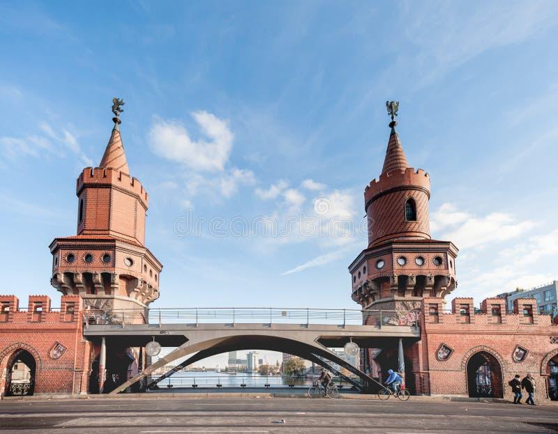 BERLÍN, ALEMANIA - 29 DE OCTUBRE DE 2012: Puente a través del río de la diversión en Berlín, Alemania imagenes de archivo
