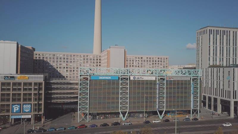 BERLÍN, ALEMANIA - 21 DE OCTUBRE DE 2018 Vista aérea del centro comercial de RathausPassagen cerca de la torre de la televisión imagen de archivo