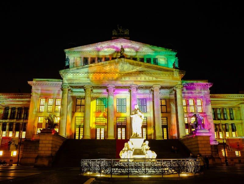BERLÍN ALEMANIA - 30 DE SEPTIEMBRE DE 2017: Azufaifas iluminadas de Konzerthaus imagen de archivo