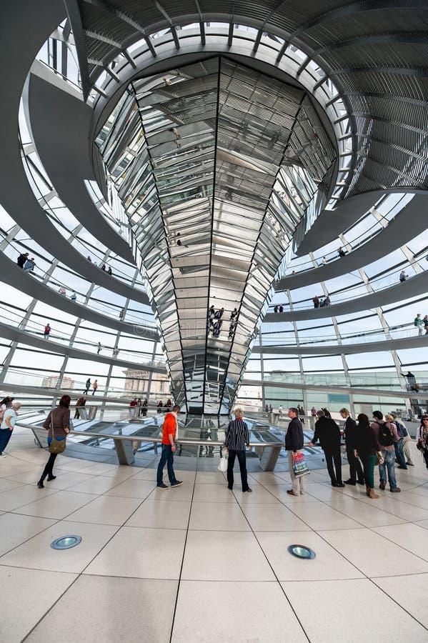 BERLÍN, ALEMANIA - 26 DE SEPTIEMBRE DE 2012: Dentro de la cúpula del edificio de Reichstag en Berlín, Alemania foto de archivo