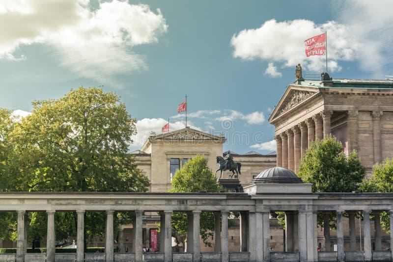 BERLÍN, ALEMANIA - 26 DE SEPTIEMBRE DE 2018: Descripción de la isla de museo, del museo y del Alte Galerie nacional de Neues con imágenes de archivo libres de regalías