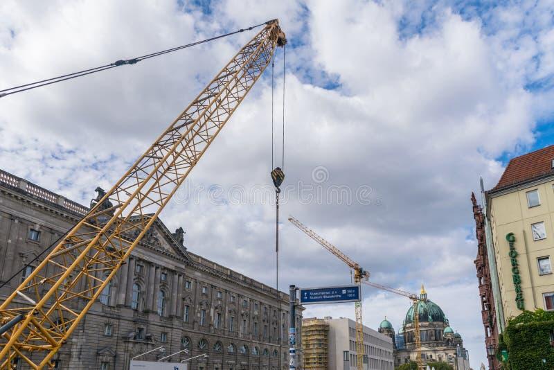 BERLÍN, ALEMANIA - 26 de septiembre de 2018: Grúa amarillos que trabajan en reformas con los Dom berlineses, Berlin Cathedral fotografía de archivo libre de regalías