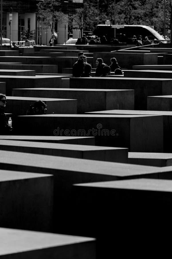 Berlín, Alemania - 23 de septiembre de 2018: Imagen blanco y negro del monumento a los judíos asesinados de Europa, con a imagen de archivo