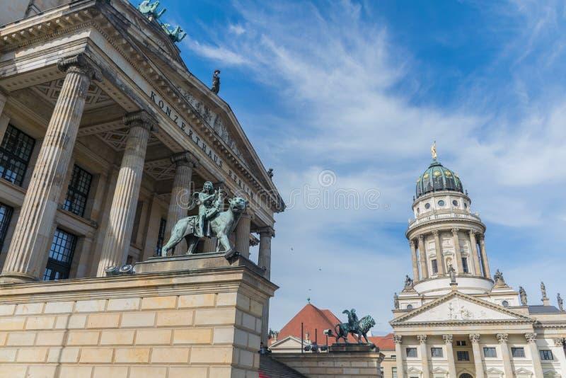 Berlín, Alemania - 23 de septiembre de 2018: Visión ascendente y horizontal el edificio de Konzerthaus en Berlín, Alemania, con fotografía de archivo libre de regalías
