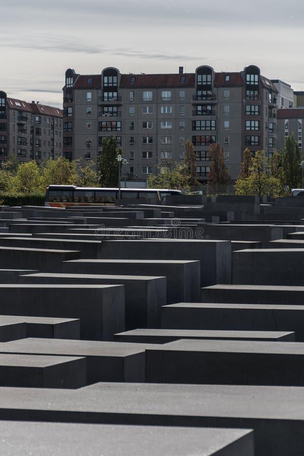 Berlín, Alemania - 23 de septiembre de 2018: Vista vertical del monumento a los judíos asesinados de Europa, sin gente, a foto de archivo