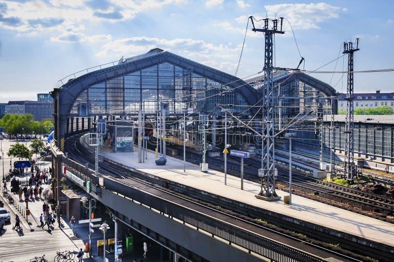 BERLÍN, ALEMANIA, el 10 de mayo de 2016, estación de tren Friedrichstrasse fotos de archivo
