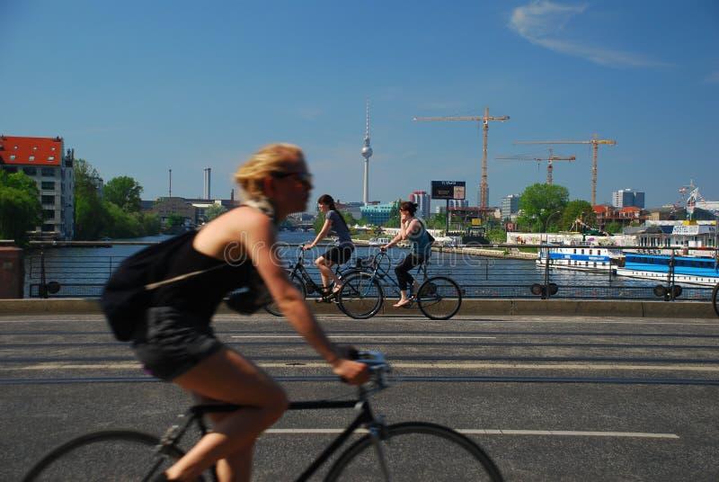 Berlín Alemania en bici imagen de archivo libre de regalías