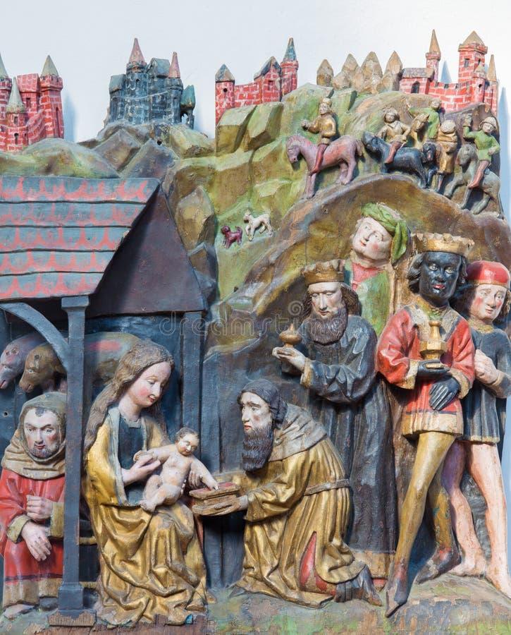 BERLÍN, ALEMANIA, FEBRERO - 16, 2017: El alivio policromo tallado de tres unos de los reyes magos en la iglesia Marienkirche del  fotos de archivo