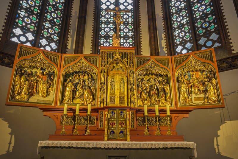 BERLÍN, ALEMANIA, FEBRERO - 16, 2017: El alivio tallado en el altar principal de la iglesia de los Dominicans de St Pauls del art fotos de archivo libres de regalías