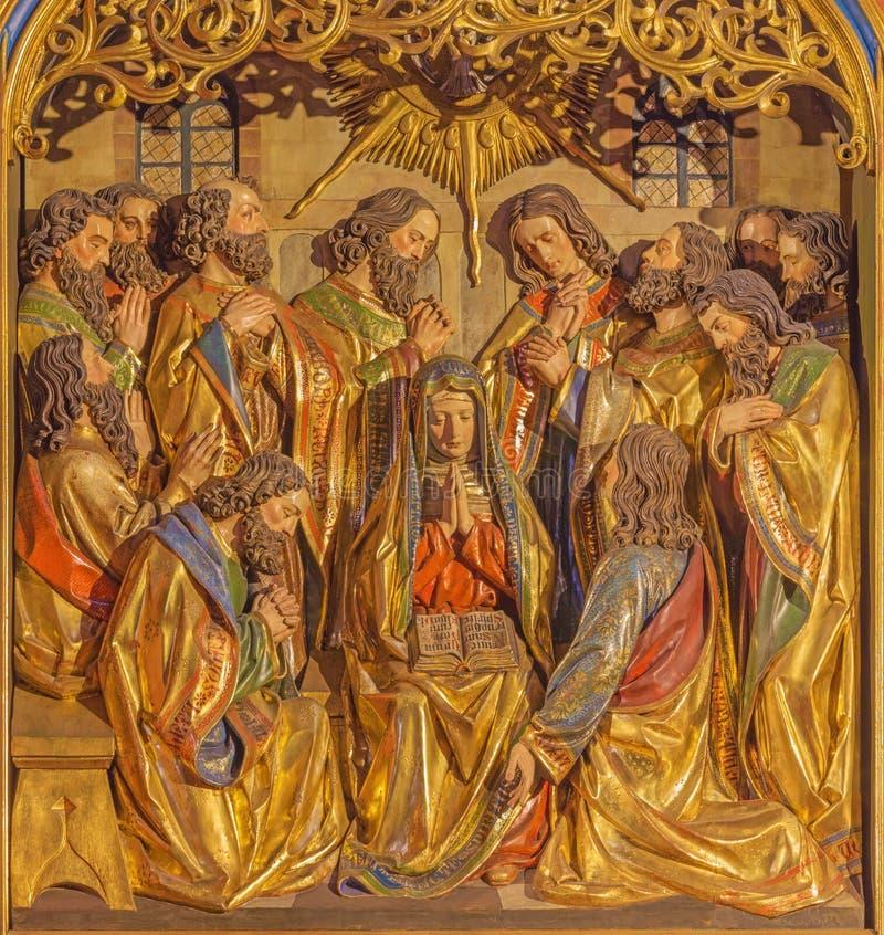 BERLÍN, ALEMANIA, FEBRERO - 16, 2017: El alivio tallado Pentecostés en el altar principal de la iglesia de los Dominicans de St P imagen de archivo