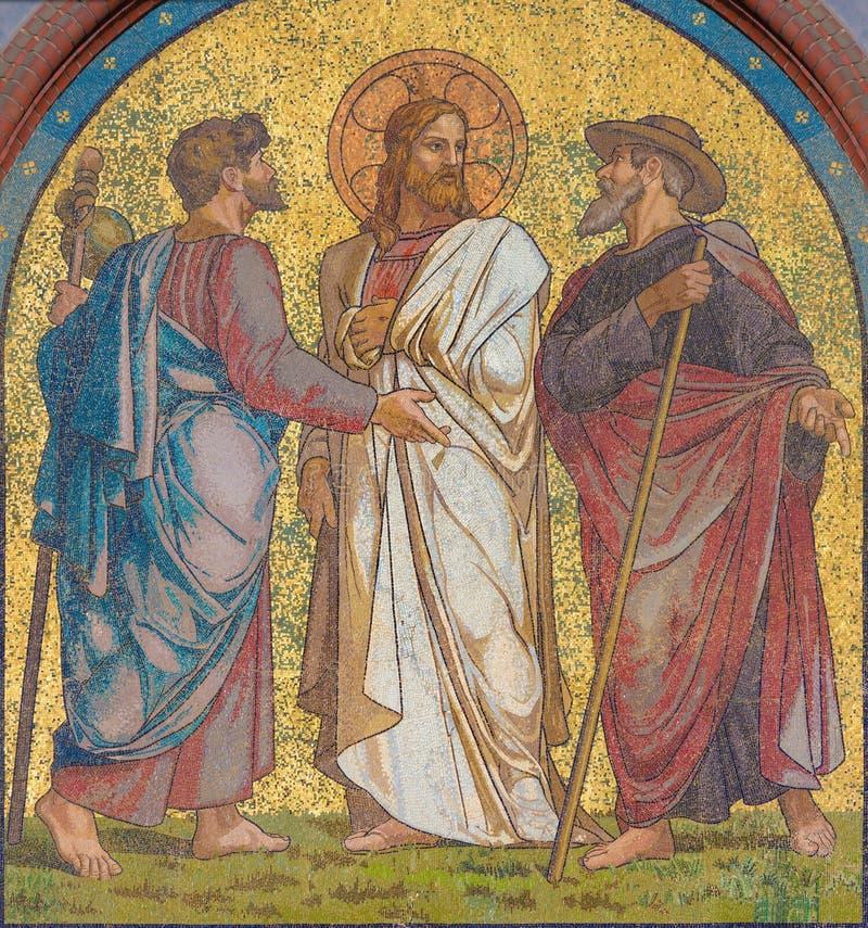 BERLÍN, ALEMANIA, FEBRERO - 14, 2017: El mosaico de Jesús con los discípulos en el camino a Emmaus en la fachada de la iglesia Em imagenes de archivo