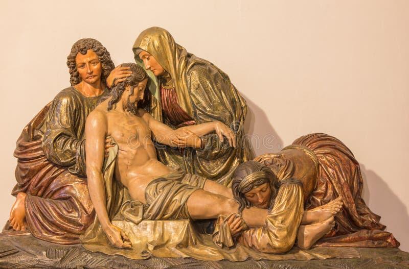 BERLÍN, ALEMANIA, FEBRERO - 16, 2017: La deposición de la cruz El alivio tallado en el altar principal de la iglesia de los Domin imagen de archivo libre de regalías