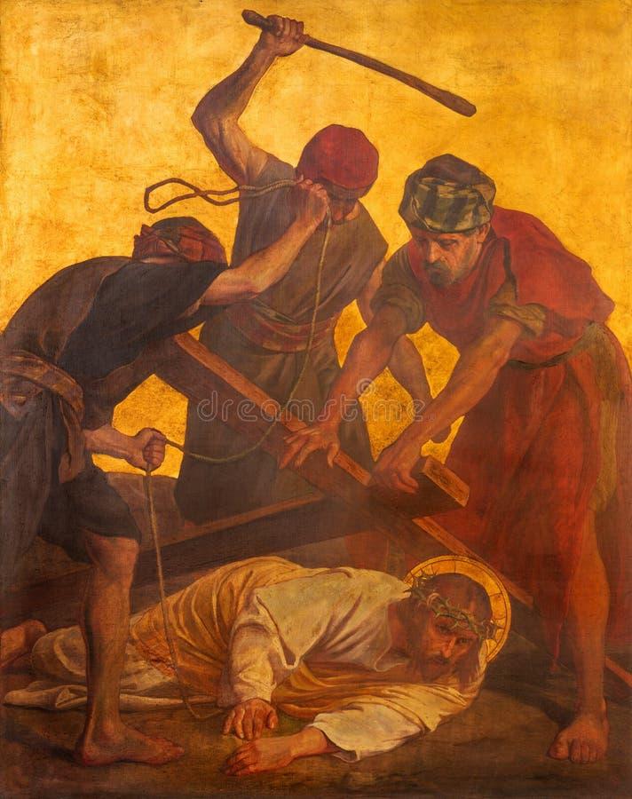 BERLÍN, ALEMANIA, FEBRERO - 16, 2017: La pintura en la placa de metal - caída de Jesús bajo cruz en la iglesia St Matthew imagen de archivo