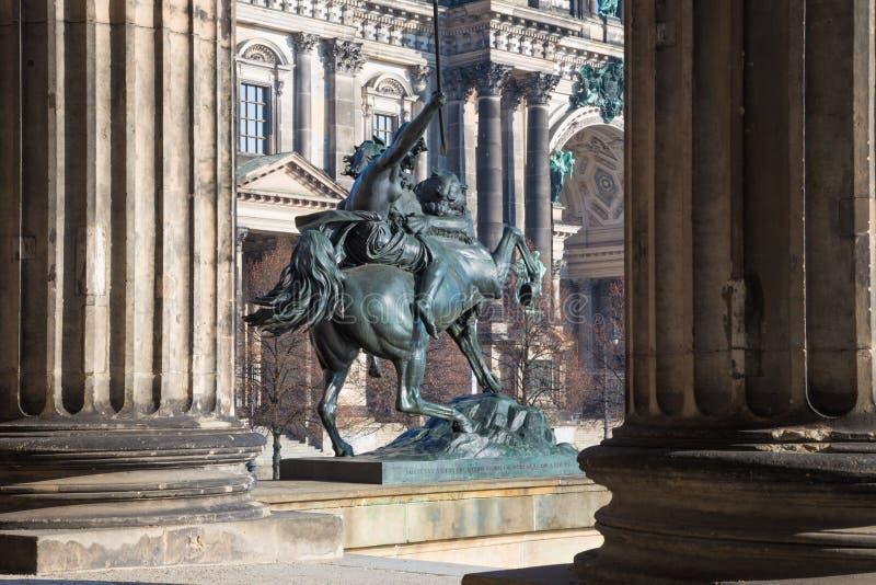 BERLÍN, ALEMANIA, FEBRERO - 13, 2017: Los Dom y el zu Pferde de Amazone de la escultura de bronce delante del museo de Altes de A foto de archivo
