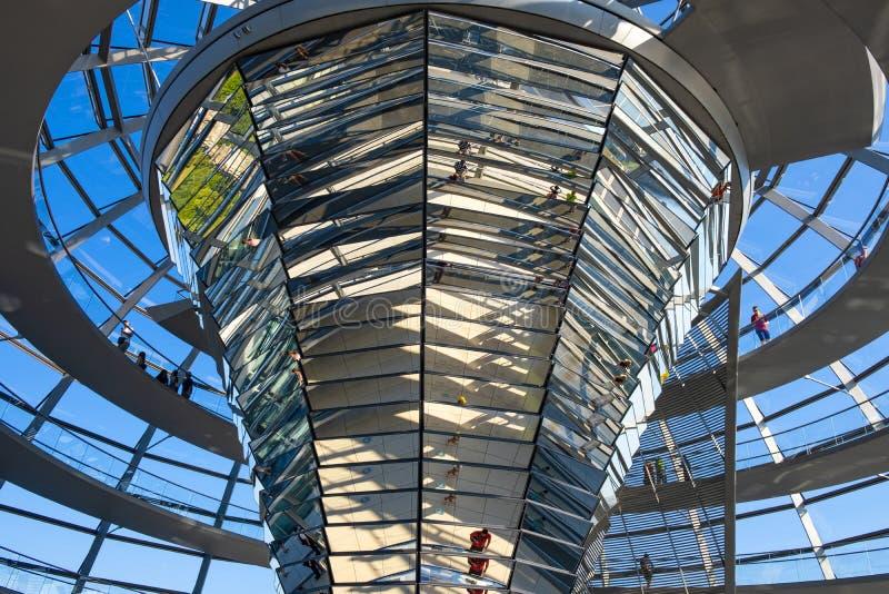 Berlín, Alemania - interior ultra modernista de la bóveda del edificio de Reichstag - símbolo de la reunificación de Alemania - r imagen de archivo libre de regalías