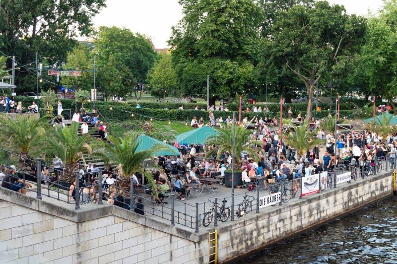 Berlín, Alemania, mayo de 2018: Gente que disfruta de verano en el parque de Monbijou en el banco de la diversión del río fotografía de archivo libre de regalías