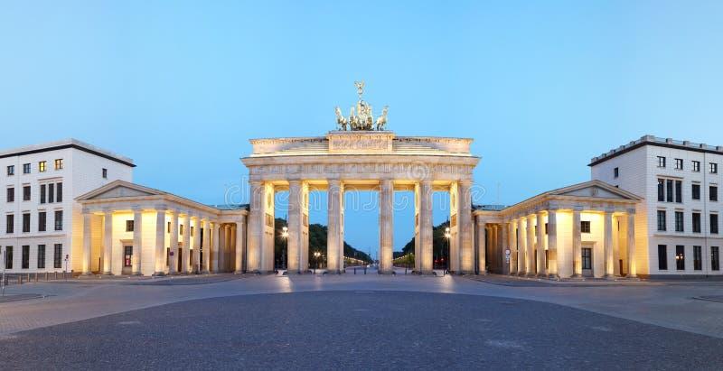 Berlín, Alemania. Panorama de la puerta de Brandenburgo en la oscuridad imagenes de archivo