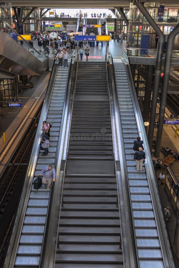 Berlín, Alemania, 23a puede, 2018 la vista de las escaleras móviles en el pasillo enorme de la estación de tren principal fotogra imagenes de archivo
