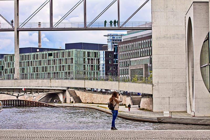 Berlín, arquitectura moderna: edificios del gobierno en la diversión fotos de archivo libres de regalías
