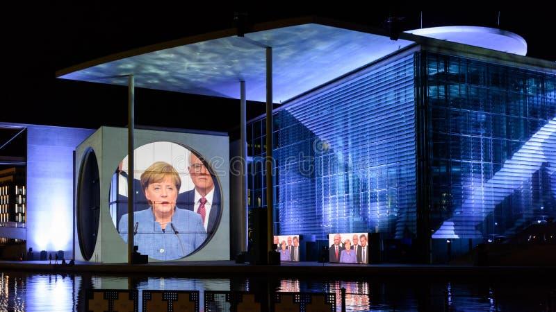 Berlín - demostración ligera sobre las oficinas gubernamentales céntricas en el río de la diversión fotos de archivo