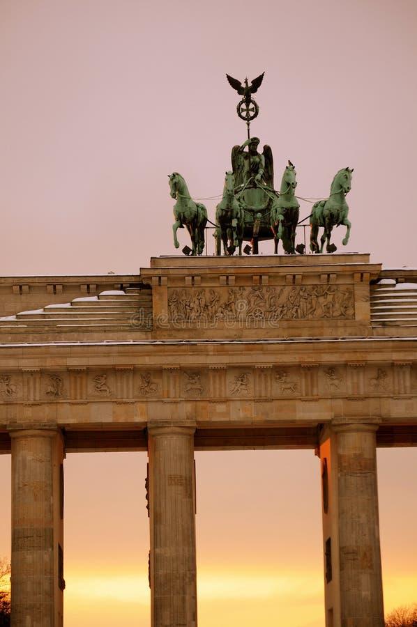 Berlín. Detalle del Tor de Brandenburgo (puerta) imagenes de archivo