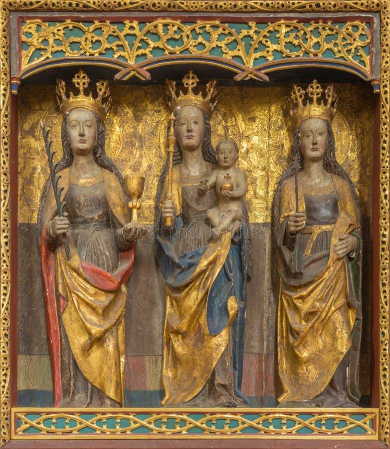 Berlín - el altar gótico policromo tallado con Madonna y el St Catherine y Ursula en la iglesia Marienkirche foto de archivo libre de regalías