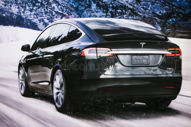 Berlín, el 12 de diciembre de 2017: Foto de la imagen de un modelo X de Tesla del vehículo eléctrico en el salón del automóvil de imágenes de archivo libres de regalías