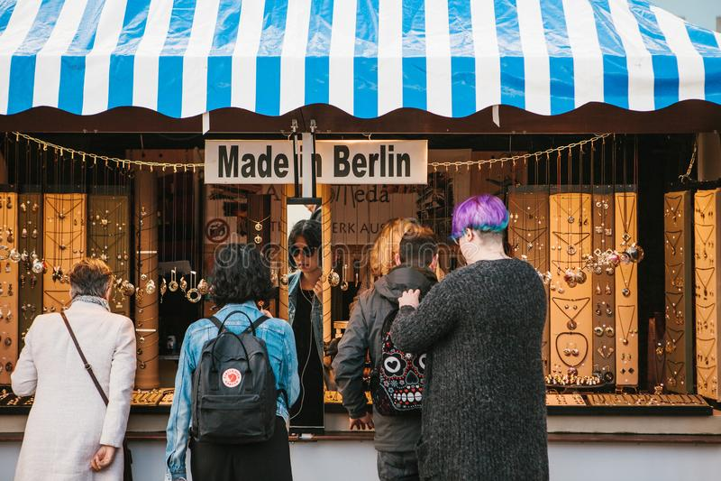 Berlín, el 3 de octubre de 2017: Celebrando Oktoberfest la gente al lado del contador elige los productos hechos en Berlín madre fotos de archivo libres de regalías