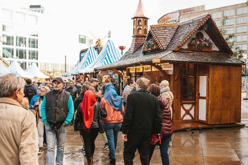 Berlín, el 3 de octubre de 2017: Celebrando Oktoberfest la gente camina en el mercado callejero en el Alexanderplatz famoso imagenes de archivo