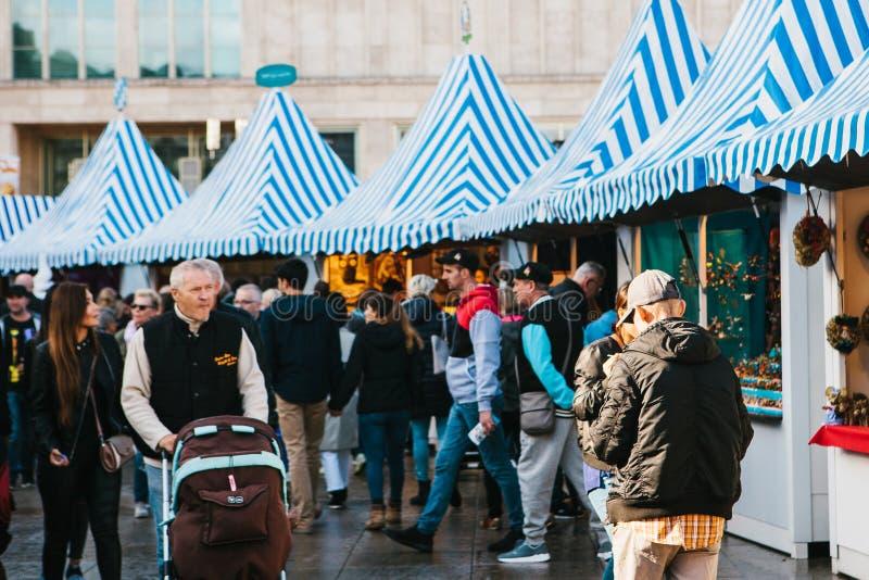 Berlín, el 3 de octubre de 2017: Celebrando Oktoberfest la gente camina en el mercado callejero en el Alexanderplatz famoso foto de archivo libre de regalías